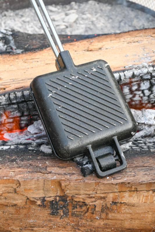 Pie iron campfire vertical